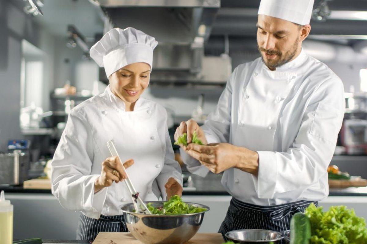 Koks in restaurant keuken