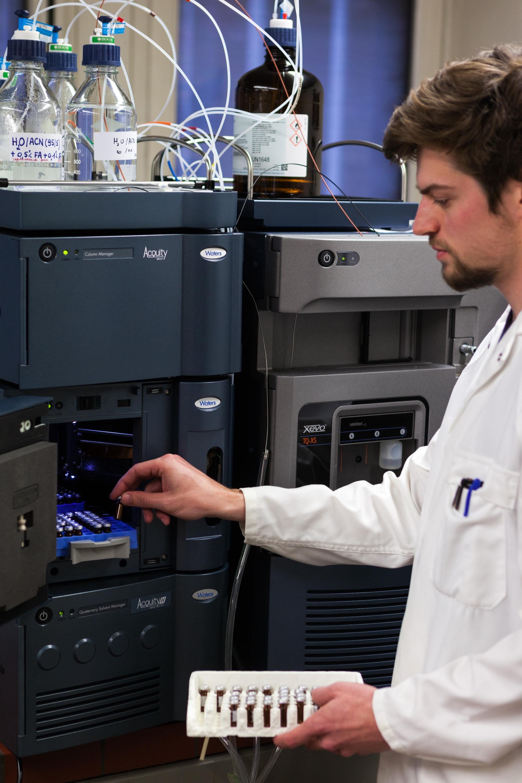 Onderzoeker aan LC-MS toestel