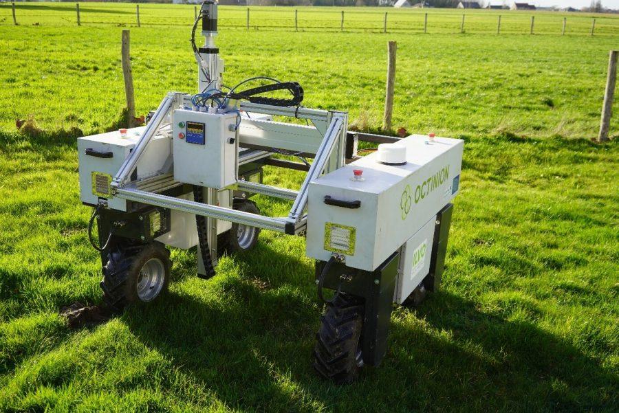 Een autonome robot op vier wielen die kan gebruikt worden op een akker ter ondersteuning van de landbouwer