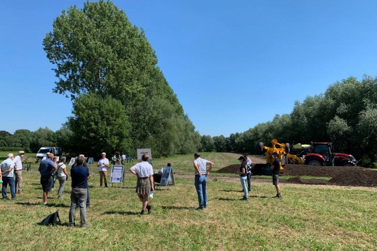 Uitleg op het veld van het domein van het kasteel van Hansbeke
