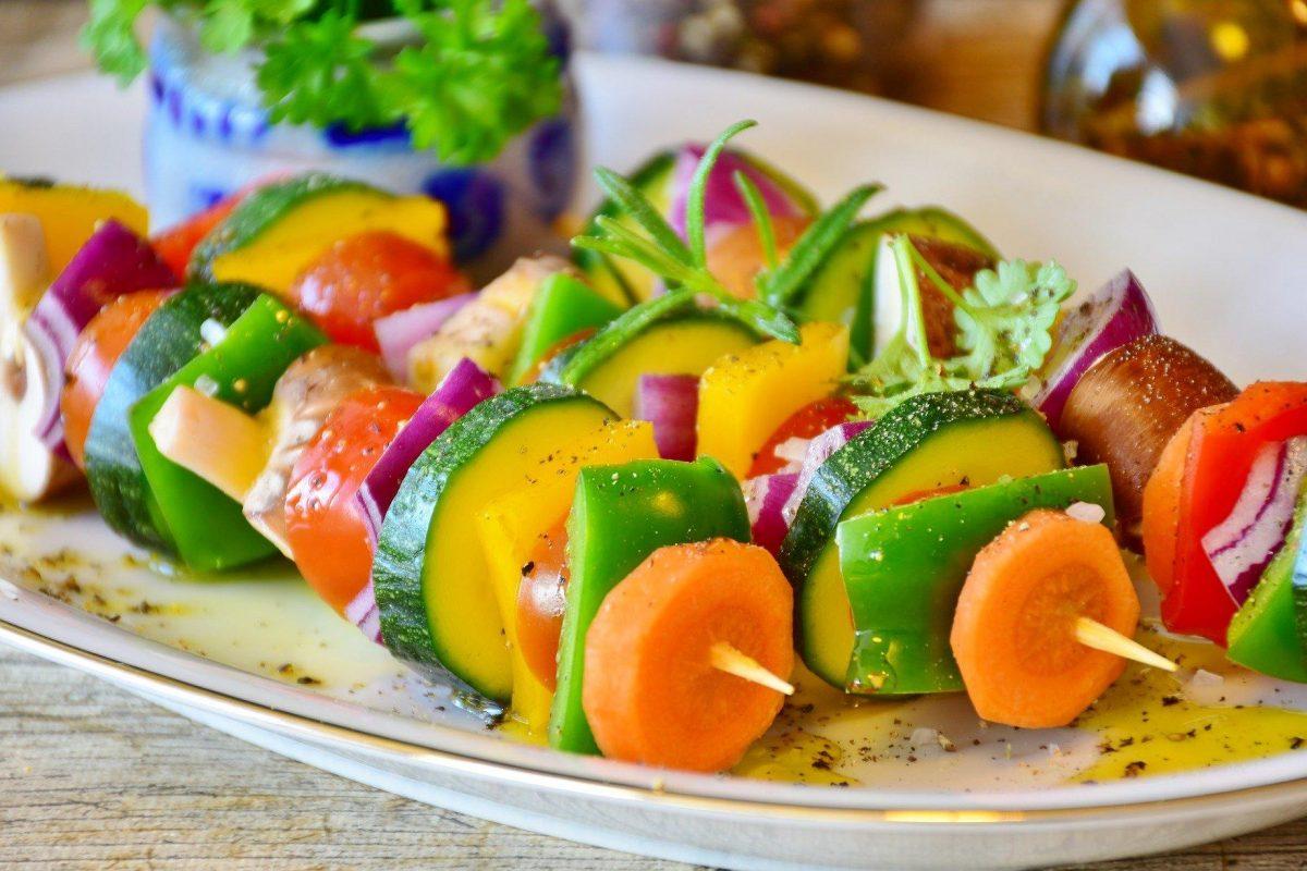 Een bord met 3 groentenspiesjes erop