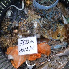 foto van afval opgevist van de zeebodem