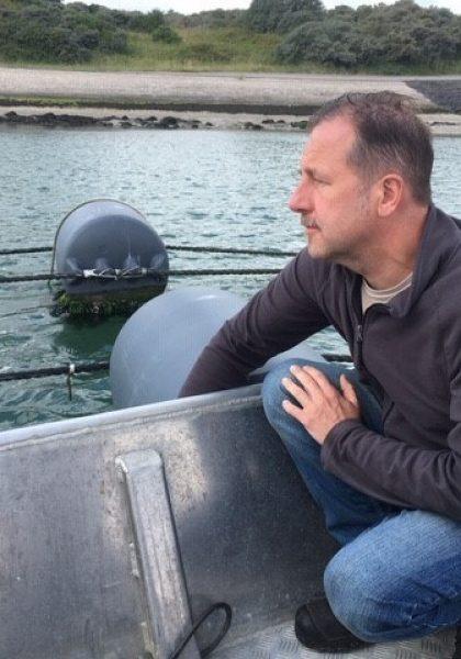 Johan Robbens op een boot in een zeewierboerderij