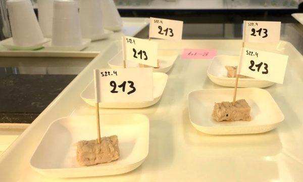 Bordjes met varkensvlees afkomstig van immunocastraten, intacte beren en chirurgisch gecastreerde varkens, klaargezet voor een smaaktest
