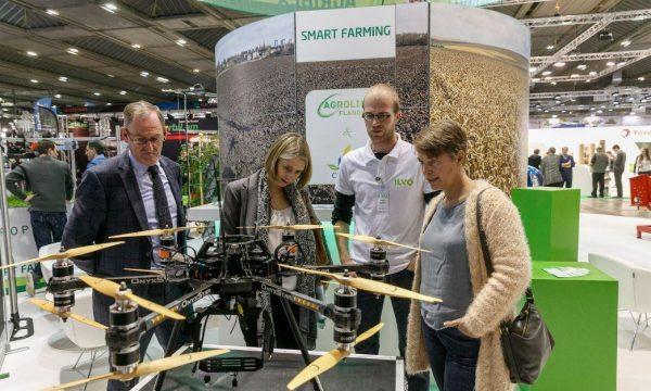 Vlaams minister van Omgeving, Natuur en Landbouw Joke Schauvliege op de Smart Farming stand op het Agribex evenement, inspectie van een drone