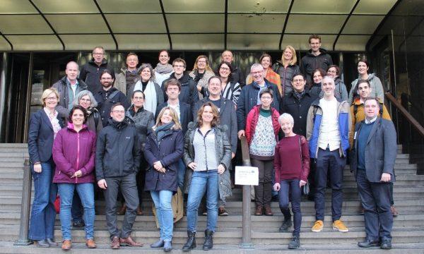 groepsfoto ValgOrize partners op trappen in Oostende
