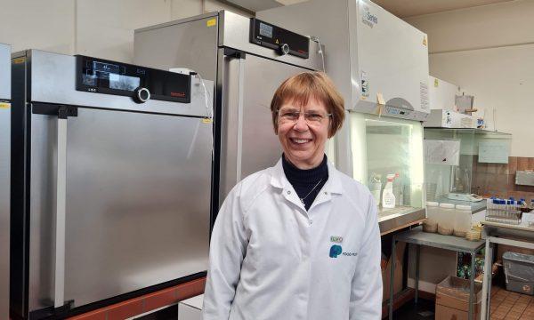 foto van Lieve Herman, met labojas in het laboratorium van de Food pilot