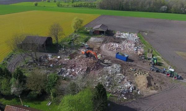 Boerderijgebouwen en verharding die in onbruik zijn geraakt worden afgebroken zodat de bodem weer vrijkomt voor infiltratie.