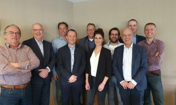 """Foto genomen bij de oprichting van de """"Stichting CVB"""" op 9 maart 2020. Voor België: Sven De Vos (INVE), Elien Van Stichel (BFA) en Sam De Campeneere (ILVO, adviserend lid). Andere leden van de bestuurscommissie op de foto: Huub Fransen (Nevedi en voorzitter), Roelof de Weerd (OPNV), Henk Flipsen (Nevedi), Martin Rijnen (Nevedi) en Henk Kant (MVO), Gert Van Duinkerken (WLR, adviserend lid) en Wim Thielen als secretaris."""