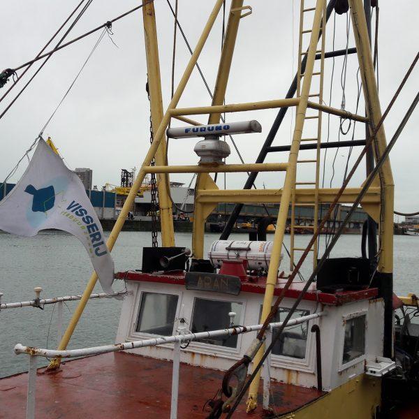 """Vaartuig in de haven van Oostende met de vlag van '""""Visserij Verduurzaamt"""""""