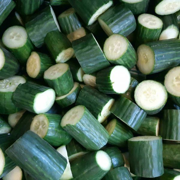 Een stapel gesneden komkommers