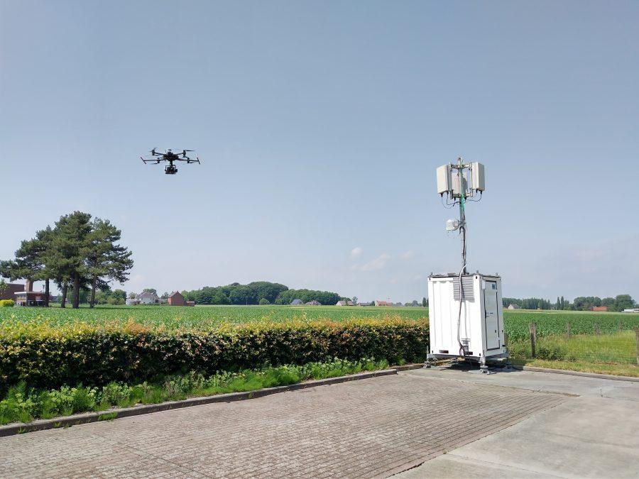 beeld van 5G mast met drone die er naast vliegt