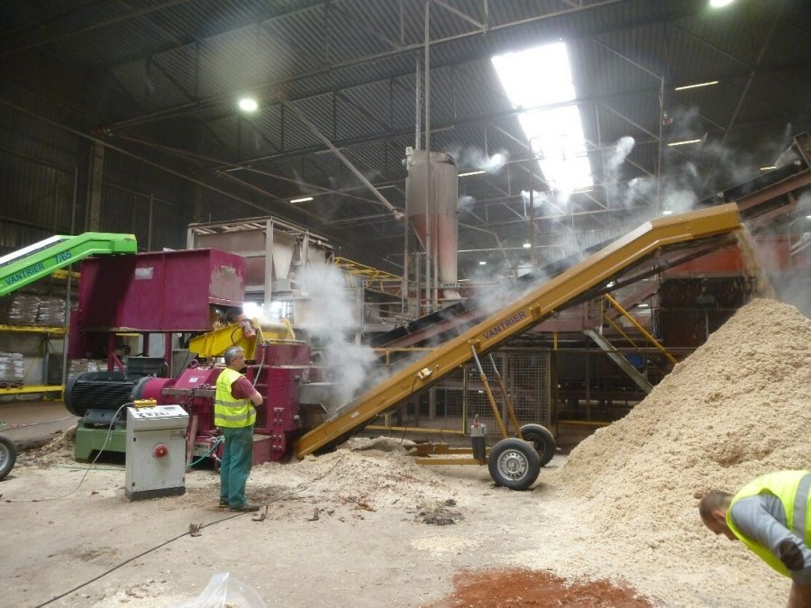 Extrusion machine for wood chips