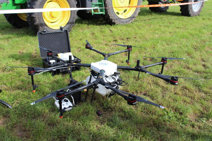 Drone staat op een grasakker