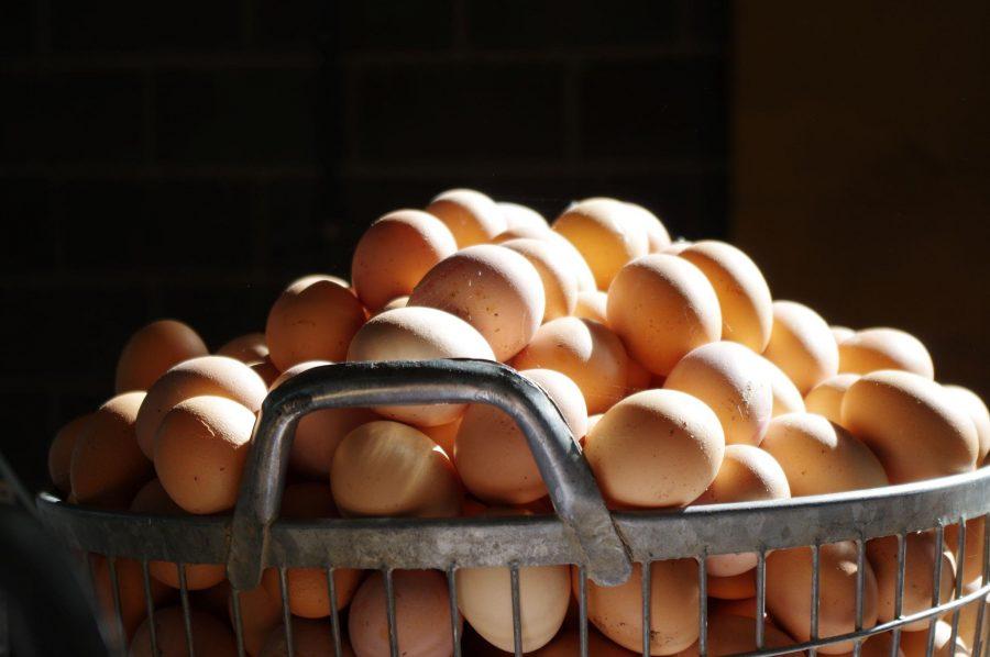 Een stapel eieren in een metalen mand